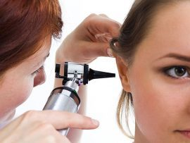 Промывание ушей от серных пробок – как и чем их можно чистить