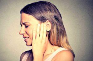 Почему стреляет в ухе – причины стреляющей боли с левой и правой стороны
