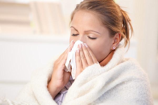 Чем лечить белые густые сопли у взрослого и как избавиться от насморка