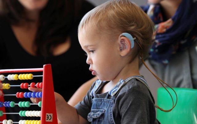 Усилитель слуха – как выбрать бытовой аппарат для слабослышащих людей