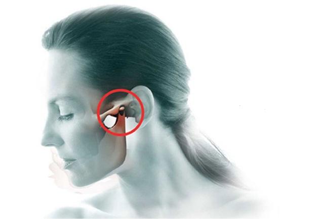 Щелкает в ухе при глотании – причины щелчков и их лечение