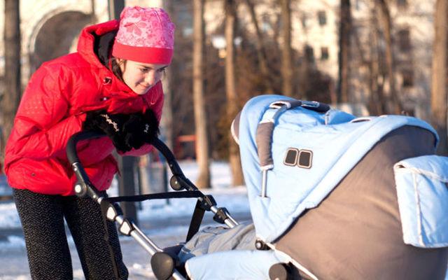 Можно ли гулять с ребенком при насморке зимой и летом на улице