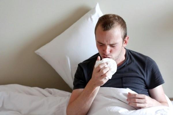 Сильный кашель у взрослого – причины и что делать с горлом