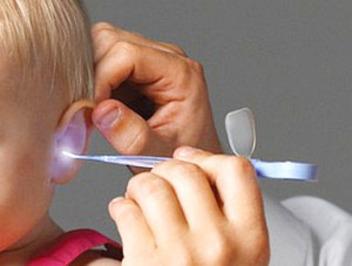 Красные уши у ребенка снаружи и внутри – причины и лечение
