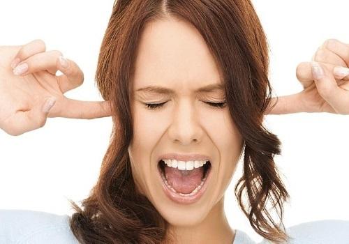 Треск в ухе при глотании – причины и как его лечить