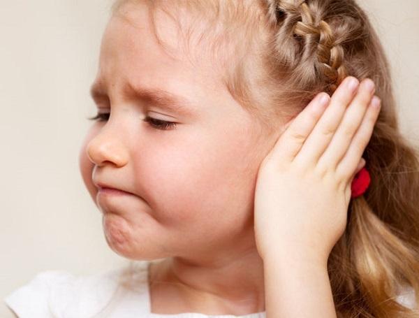 Что делать, если у ребенка болит ухо – лечение, как снять боль и помочь