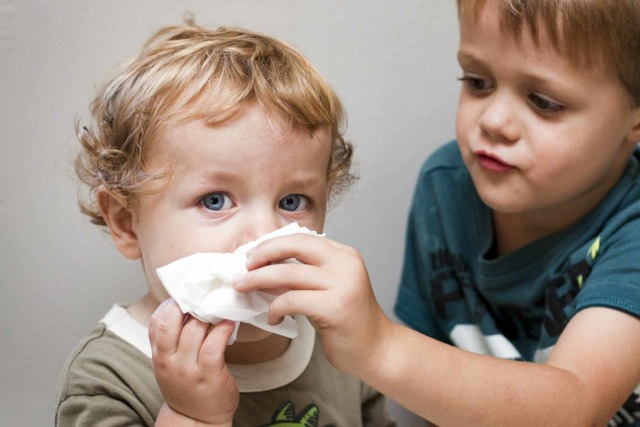 Что делать, если сопли текут ручьем как вода у взрослого – как остановить и лечить