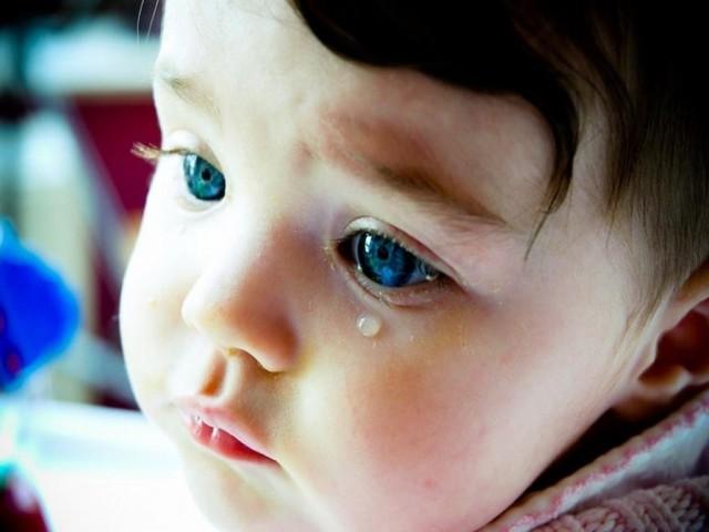 У ребенка слезятся глаза и насморк - сопли и текут слезы