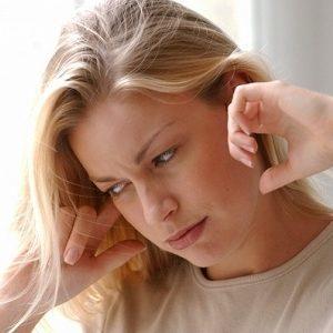 Звук в ухе как будто лопаются пузырьки – причины и что делать