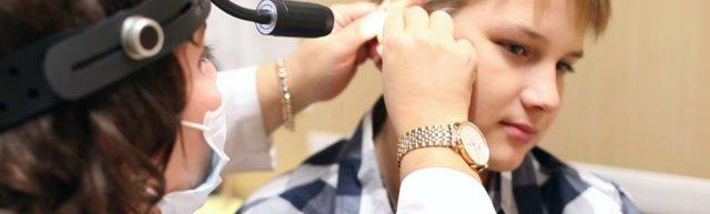 Зуд и шелушение в ушах - причины и лечение чешущегося уха