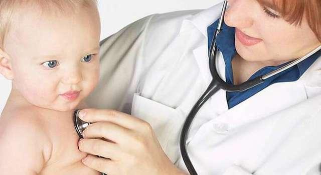 Грудничок хрипит горлом - причины и лечение