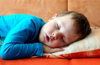 Почему ребенок храпит во сне ночью, а соплей нет - как лечить