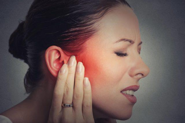 Болит ухо у взрослого — что делать при сильной, острой, ноющей и резкой боли