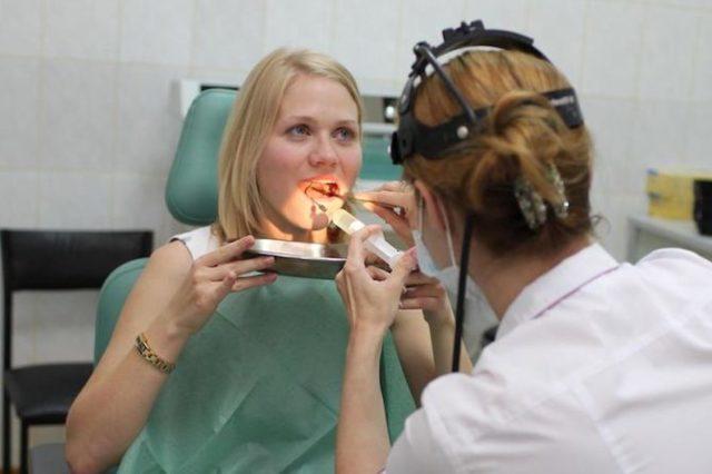 Белый налет на миндалинах в горле - причины и лечение гланд