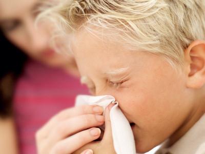 При наклоне головы из носа течет вода и появляется прозрачная жидкость