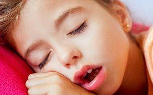 Красное горло у ребенка без температуры - почему болит и как лечить