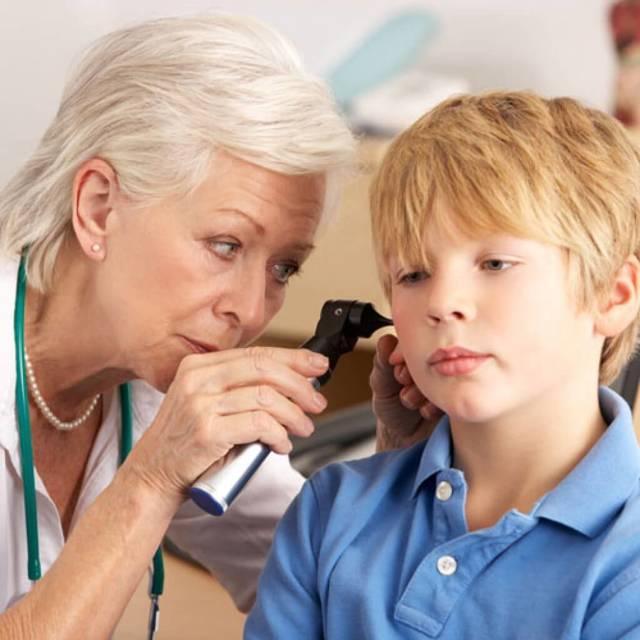 Лечение отита у детей в домашних условиях и народные средства для ребенка