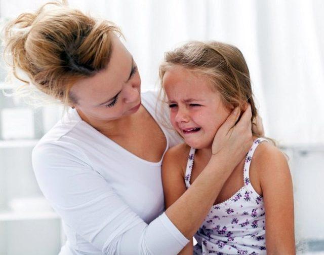 У ребенка стреляет в ухе – что делать и как лечить