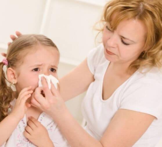 Чем лечить зеленые сопли у ребенка - безопасные капли и средства для детей