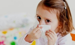 Ребенок чихает и прозрачные сопли – что делать и чем лечить