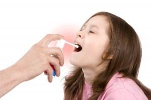 Спреи при ангине для детей – чем брызгать в горло ребенку