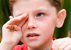 Ребенок постоянно кхыкает горлом – что делать и как лечить