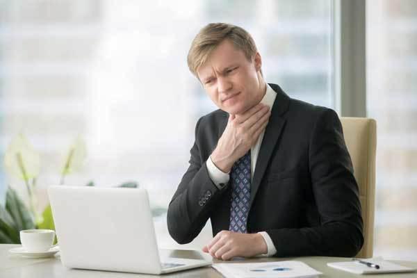 Щекочет в горле и кашель – что делать