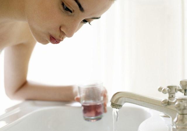 Промывание горла при тонзиллите – чем полоскать миндалины