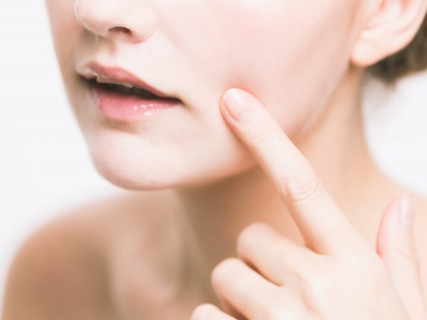 Прыщ на мочке уха - причины и его лечение