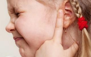 Почему ребенок чешет уши – причины и необходимые действия