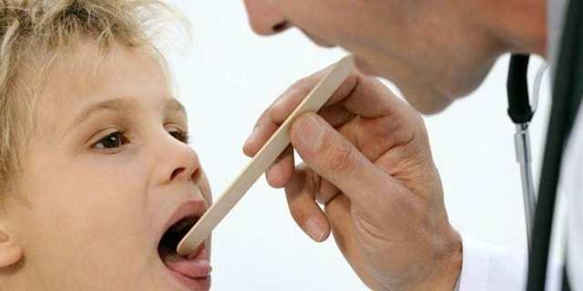 Как лечить горло ребёнку в домашних условиях быстро