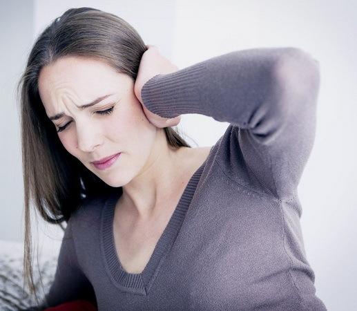 Почему закладывает уши при беременности – причины и что делать