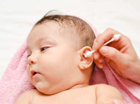 Как чистить ушки новорожденному и грудному ребенку (грудничку)