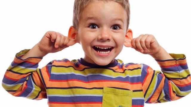 Как правильно чистить уши ребенку от серы