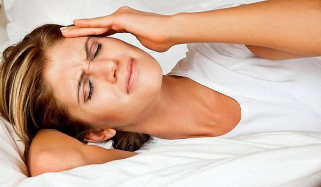 Закладывает ухо после сна – причины и что делать