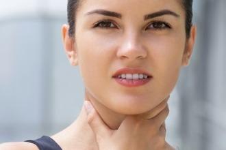 Гланды удалены и миндалин нет, а горло болит, глотать больно