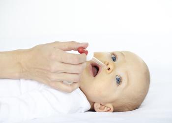 Как правильно промыть нос грудному ребенку и младенцу до года